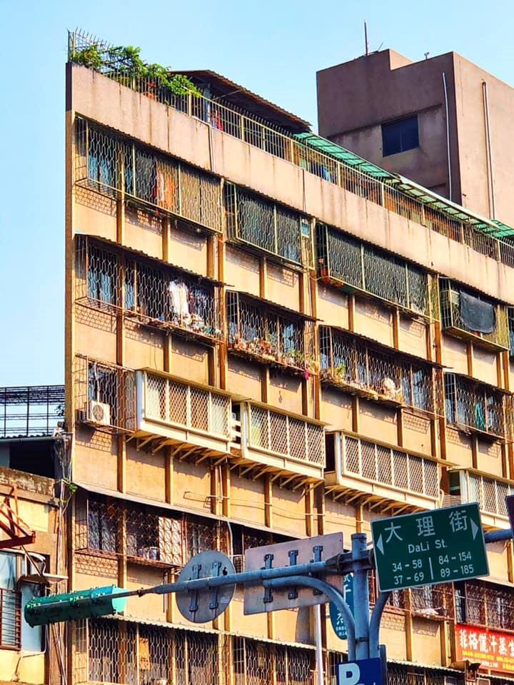 萬華西園路一段與大理街口有一棟「紙片屋」。圖/截自臉書社團《我是萬華人》
