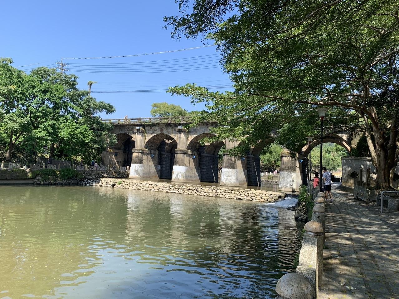新竹縣關西鎮牛欄河親水公園東安古橋是著名觀光景點,牛欄河兩岸行水區解編可望帶動地方繁榮。記者陳斯穎/攝影