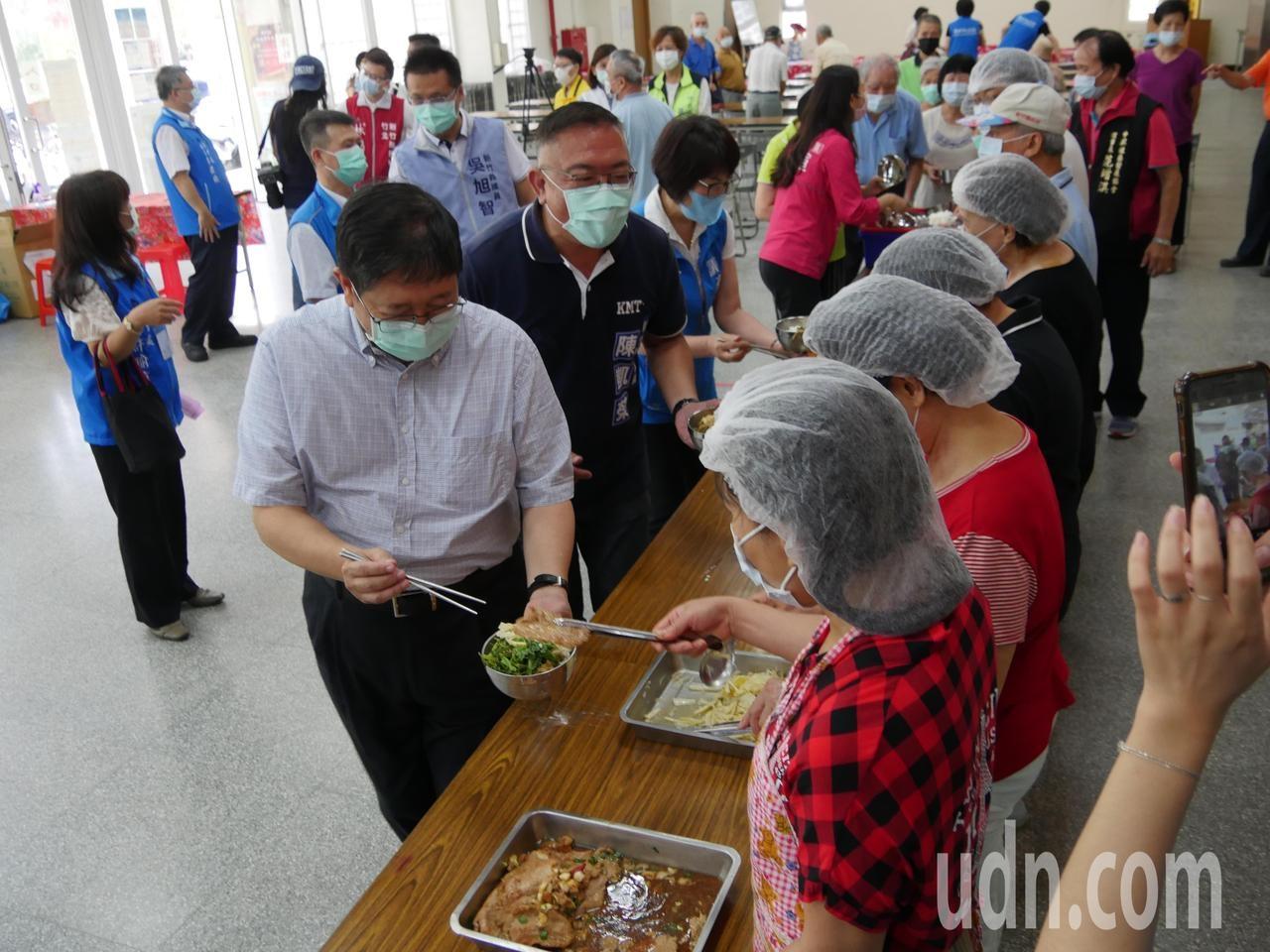 疫情趨緩,新竹縣100處社區據點,自6月1日起,恢復預防及延緩失能課程及共餐服務、健康促進等活動。記者陳斯穎/攝影