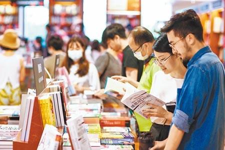 振興券以一抵三,同時適用藝文活動消費,但民眾是否會特別拿來買書?業者並不樂觀。(鄧博仁攝)