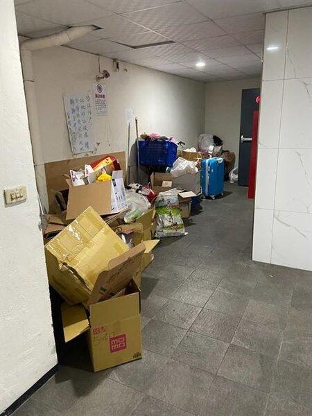 民眾po文訴苦,因為鄰居不良的衛生習慣導致住宅公共環境髒亂不堪。圖/取自mobile01