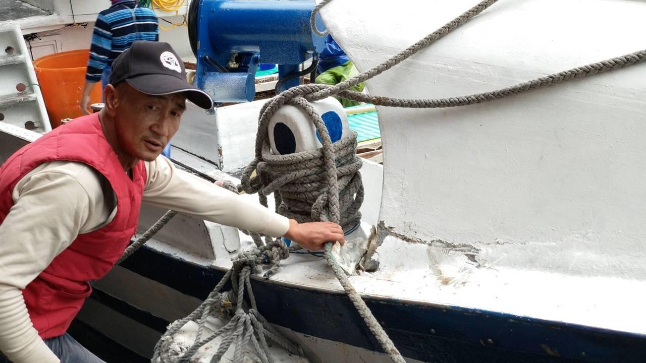 蘇澳籍漁船「新凌波二三六號」,船艏因擦撞造成右舷裂損。記者戴永華/攝影