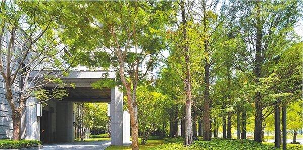 「寶璽天睿」將基地退縮27米,讓前庭綠覆結合公園無限延伸。(業者提供)