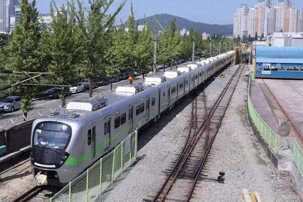 EMU900型通勤電聯車被外界喻為「史上最美區間車」。圖/台鐵局提供