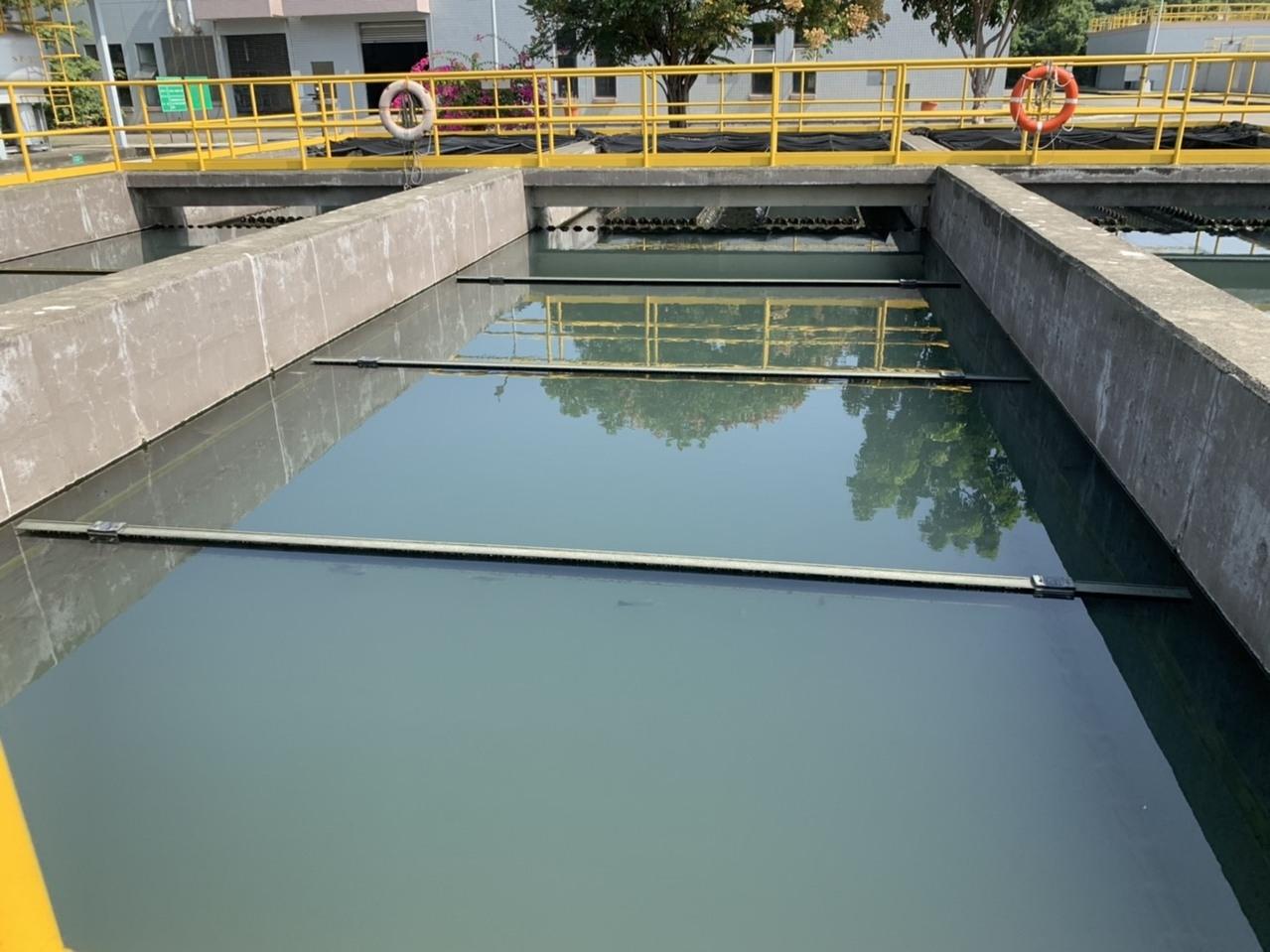 雲林科技工業區大北勢區汙水處理廠沉澱池內有魚類悠遊,顯現汙水處理技術先進純熟。記者陳苡葳/攝影