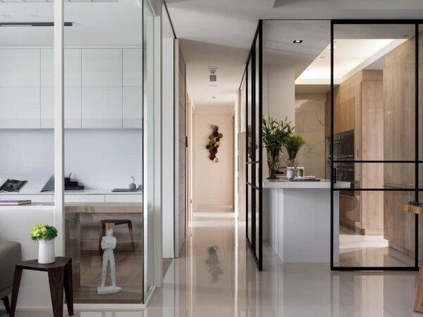 開放式廚房可以加做透明橫拉門設計,在烹煮時拉上就能避免油煙蔓延全室空間。圖/盧淑媛提供