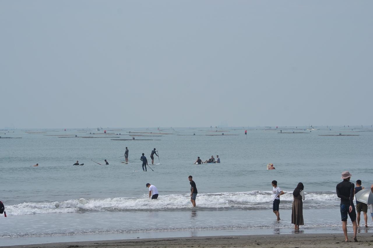 台南市安平區漁光島知名度大開,遊客及水上運動的人潮增加。記者鄭惠仁/攝影