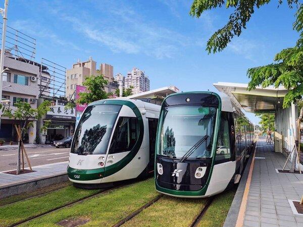 高雄輕軌二階新車(右)與一階車輛(左)不同,經過機電整合後,明天起二階車輛將於C1籬仔內站到C14哈瑪星站的一階路段上線營運。圖/高雄市捷運局提供