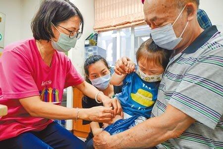 今年公費流感疫苗爆搶打潮,603萬劑疫苗快打完。疾管署統計,開打不到20天,剩餘不到50萬劑,預估11月底就將用罄。(本報資料照片)