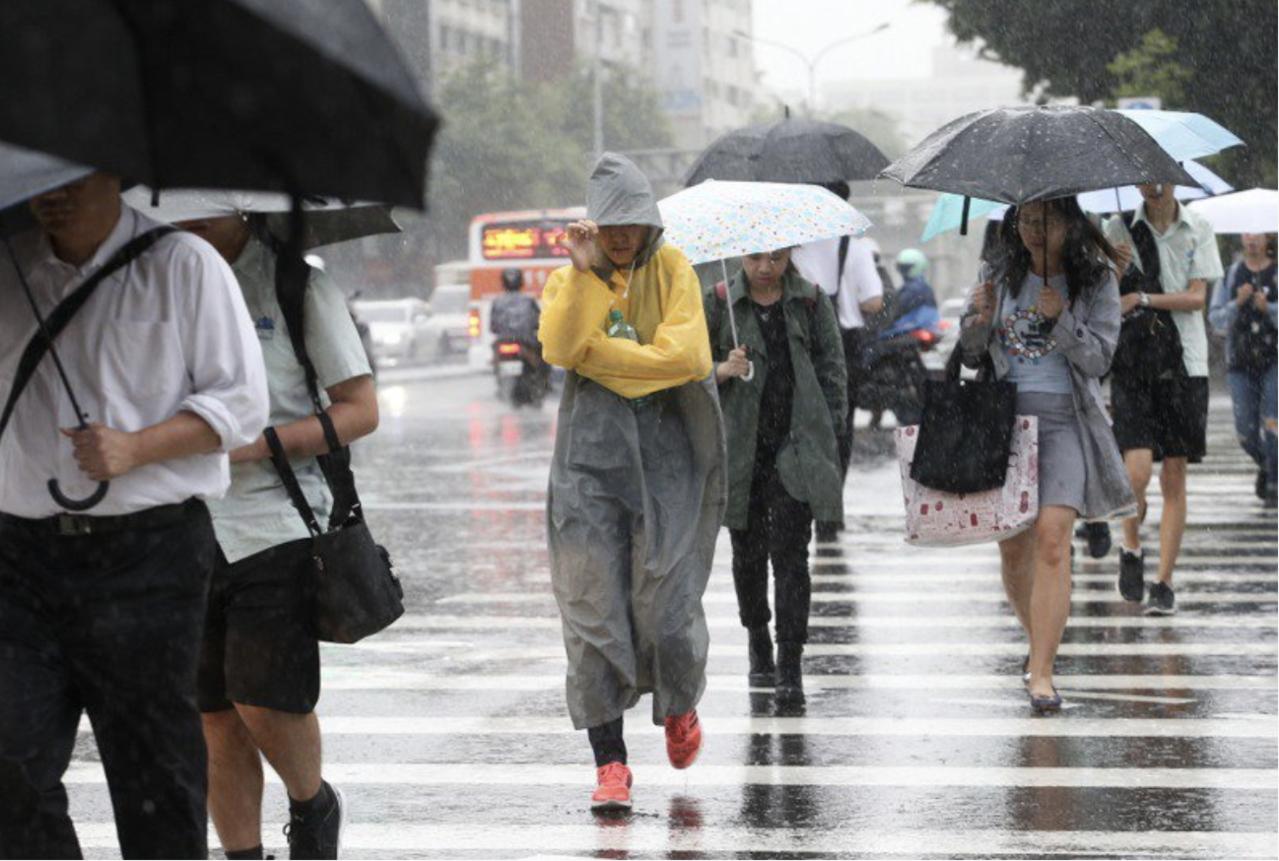 氣象局上午8時30分發布今年第20號颱風閃電的海上颱風警報。本報資料照片