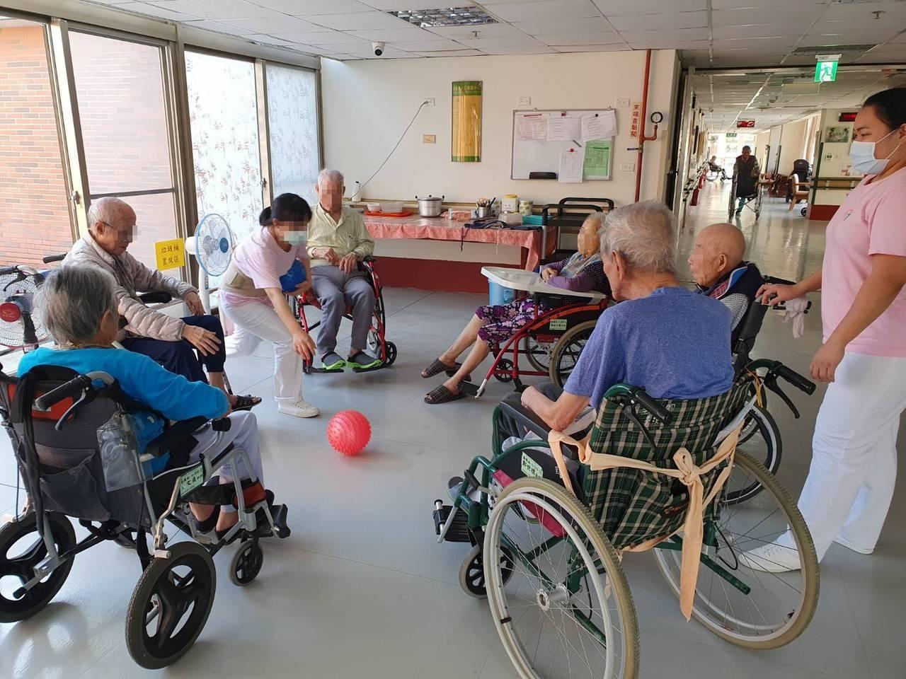 住宿型養護機構照服員工作頗具挑戰性。圖/至善中心提供