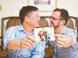 同婚家庭換尿布 兩個爸爸一起做