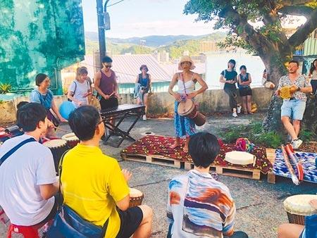 山海工作營聚集多達70家攤位,現場有敲擊樂器的互動式體驗,除展現山海魅力,不少長輩也加入一起哼唱。(吳康瑋攝)