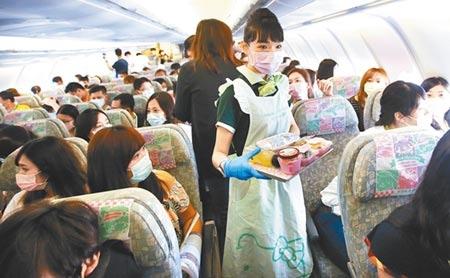 民眾參加航空公司舉辦的偽出國,返台卻發現健保卡已被註記出國。指揮中心昨天保證不會再發生類似情況。圖為長榮航空類出國包機8日從桃園機場起飛。(范揚光攝)