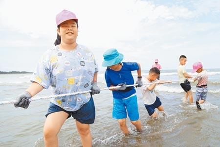 客家事務局舉辦海客文化藝術季,小朋友開心體驗牽罟。(呂筱蟬攝)