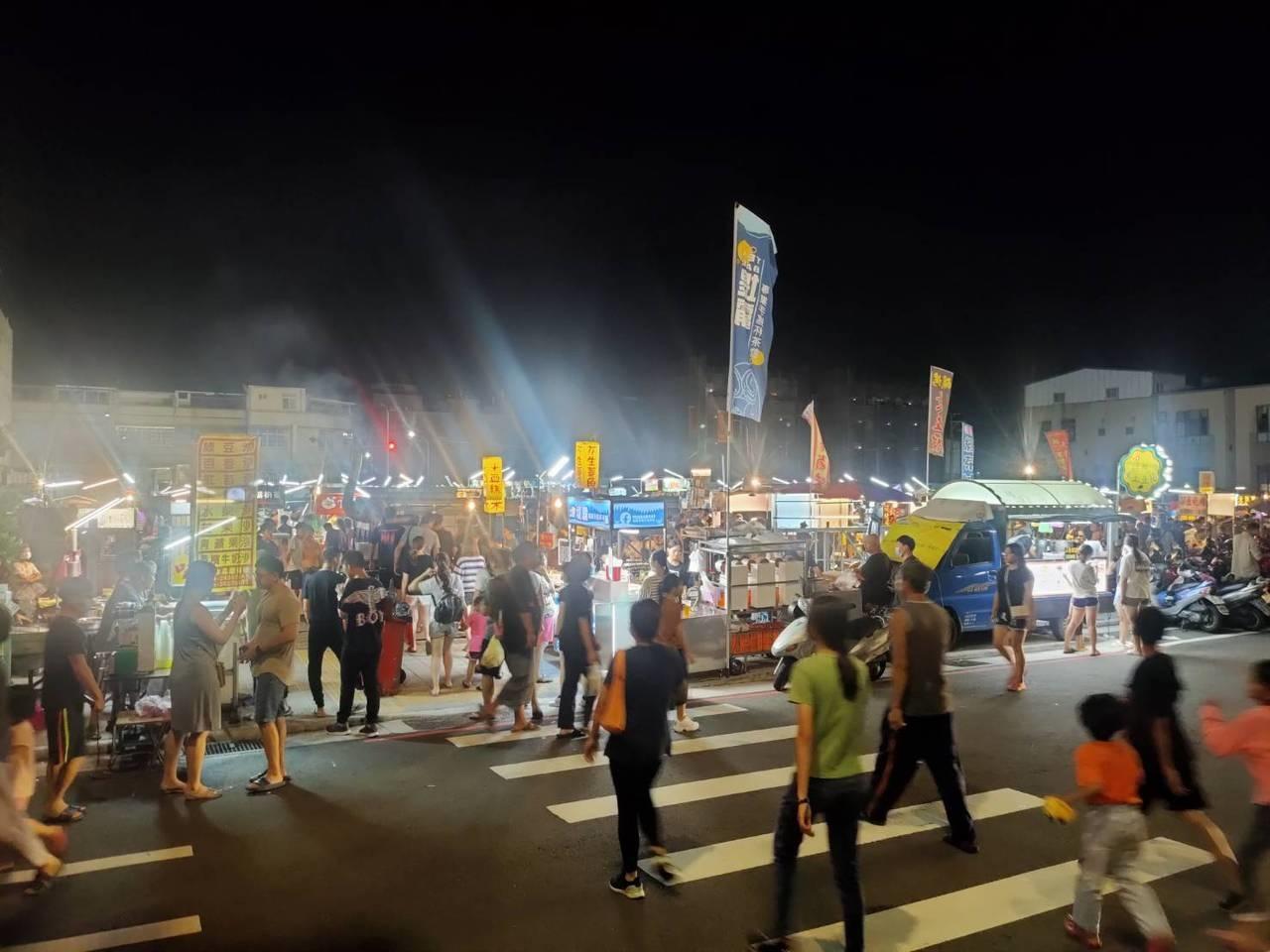 台中市清水區大秀夜市有20多年歷史,前晚是最後一天營業,湧進不少人潮。 記者游振昇/攝影