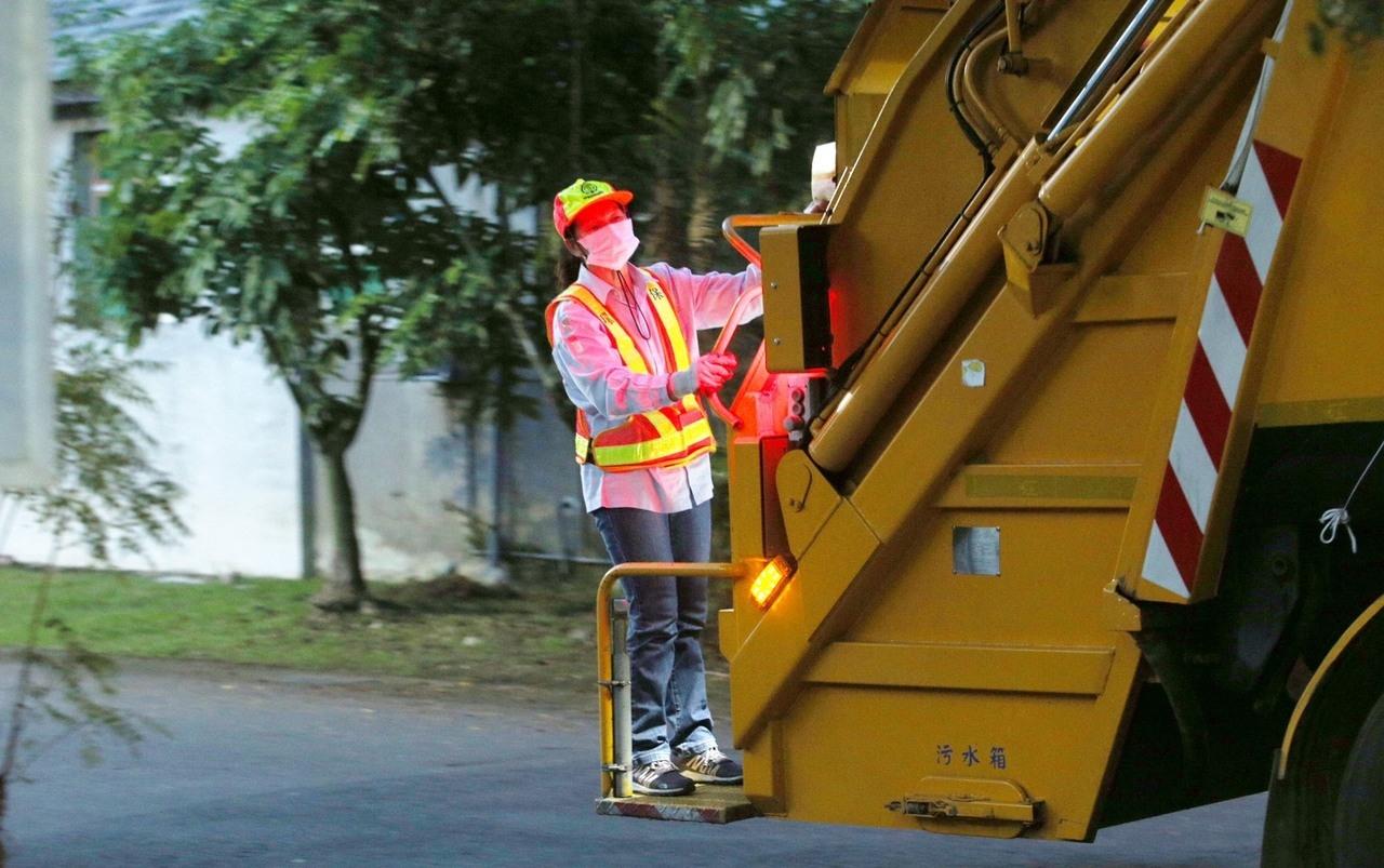 全國有三萬三千名清潔隊員,他們在第一線服務,忍受風吹日曬雨淋,工作風險也高。記者劉學聖/攝影