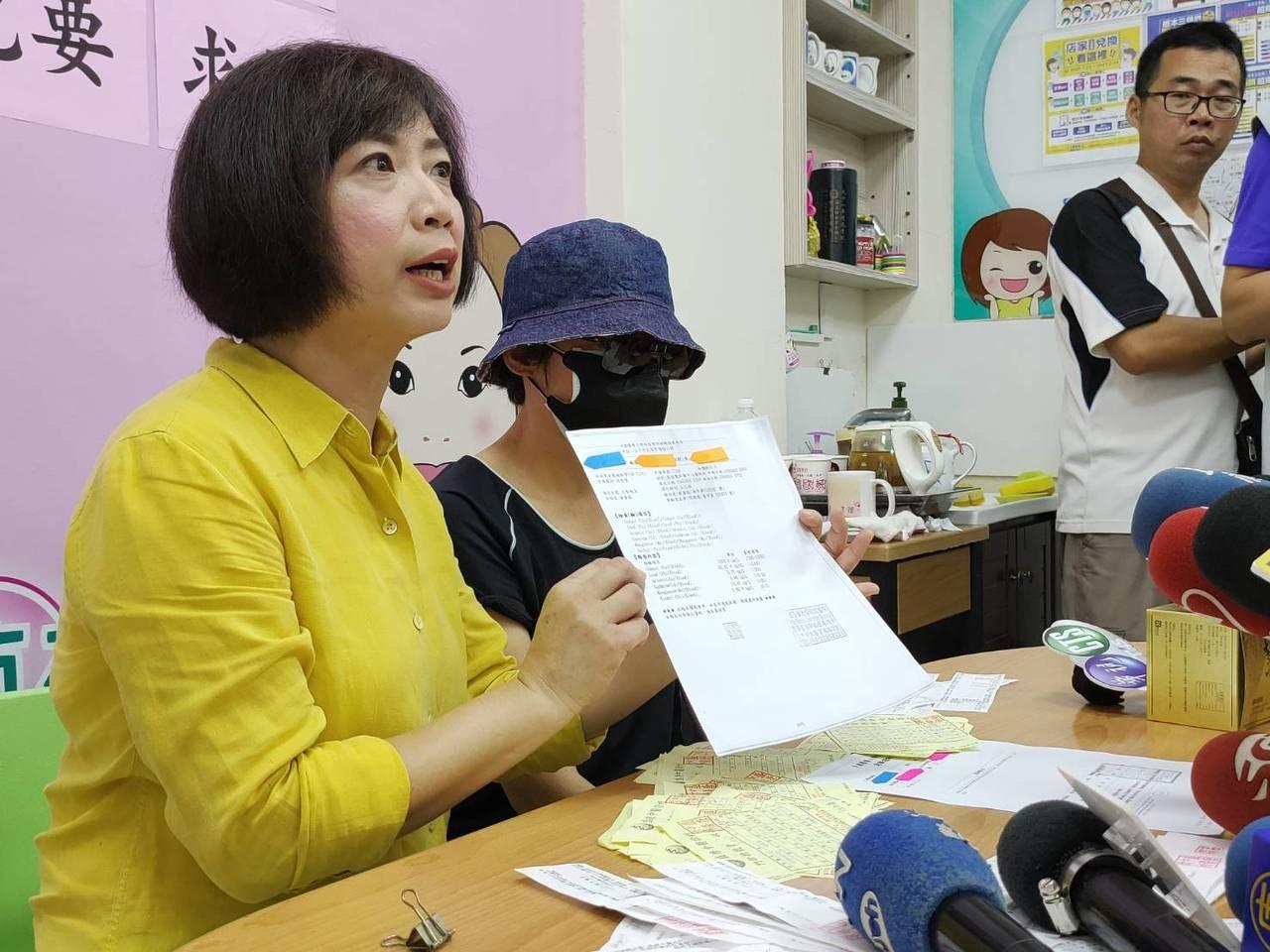 何姓婦人(中)向立委何欣純(左)求助,指罹癌想改善化療不適,向盛唐中醫診所求診,因此鉛中毒達60mg/dl。記者黃寅/攝影
