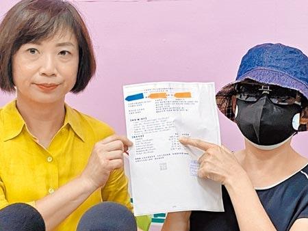 49歲的何姓婦人(右)因罹癌去年10月開始在盛唐中醫服藥調養,8月5日確診鉛中毒,她在立委何欣純陪同下,出面說明自己就醫歷程。(馮惠宜攝)
