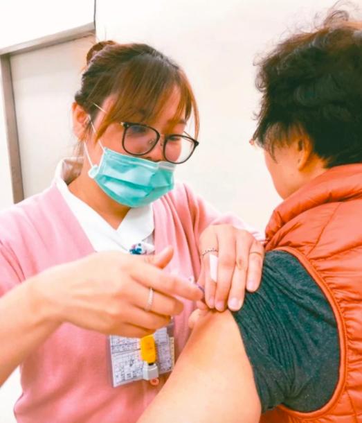 衛福部疾管署25日公布,今年605萬劑四價公費疫苗將於10月5日開打,符合資格的對象同時開打,籲流感高風險者儘速接種,可有效降低流感流行。圖/聯合報系資料照