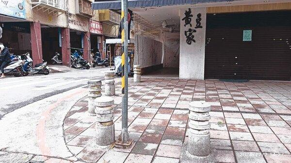 台北市不少人行道車阻間距少於90公分,致輪椅族難通行。圖/台灣身心障礙者人權監督聯盟理事長張學恒提供
