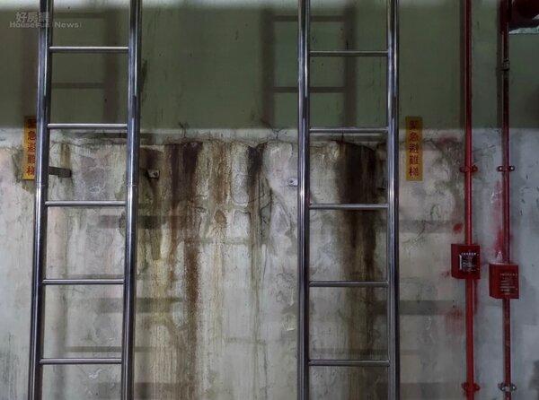 地下室外牆牆面漏水,不僅影響美觀,嚴重時更可能危害大樓結構體。照片戴雲發提供