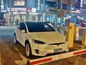 特斯拉停在停車場入口駕駛不見了 網友熱議:台灣奇景