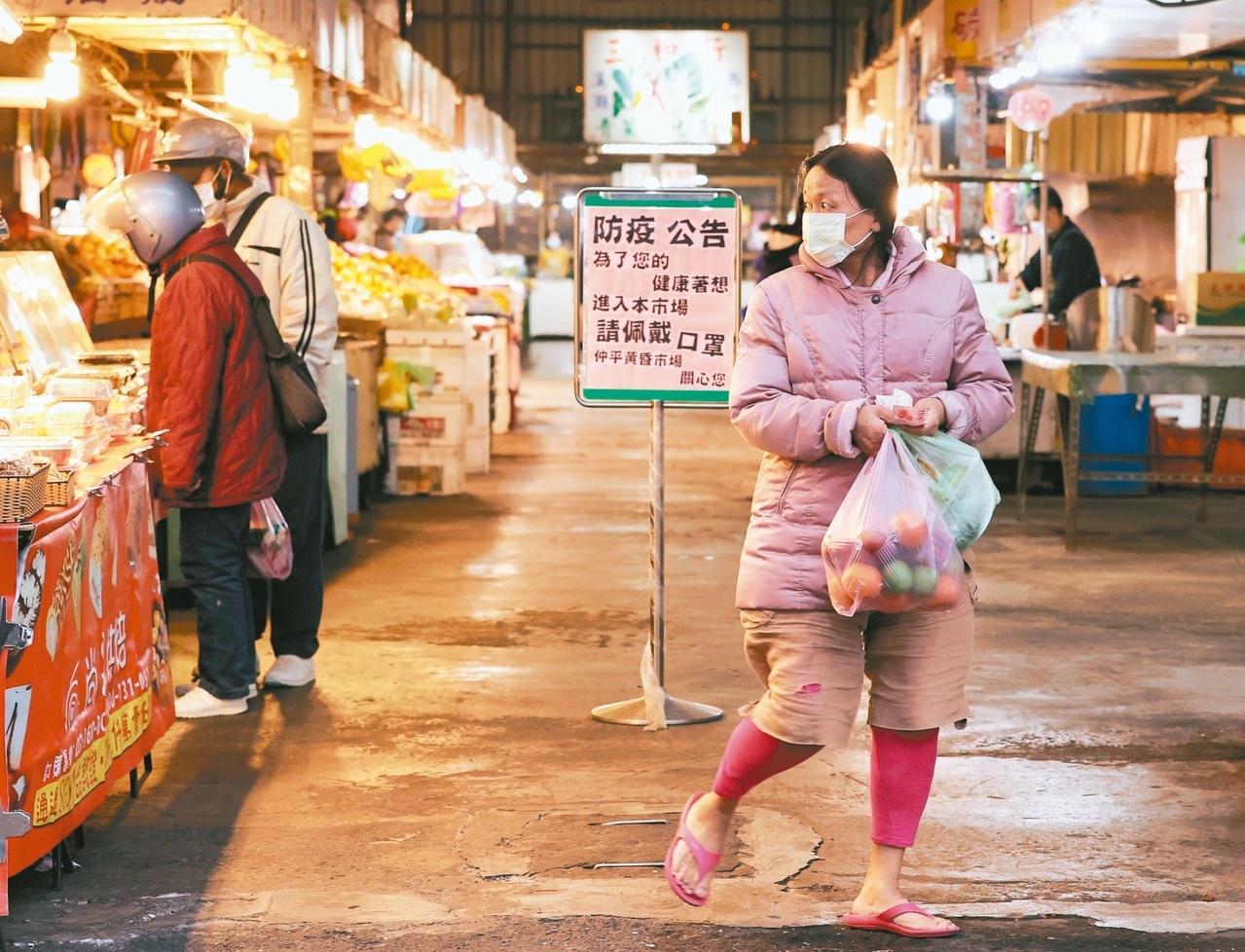 桃園仲平黃昏市場昨日經過消毒,但仍影響買氣,傍晚時客人稀少,民眾入內皆戴著口罩。記者曾原信/攝影