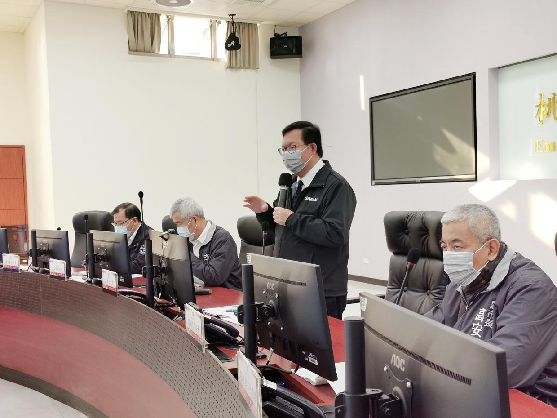 桃園市長鄭文燦(中)昨天宣布桃園航空城優先區法定公聽會延後辦理。記者曾增勳/攝影