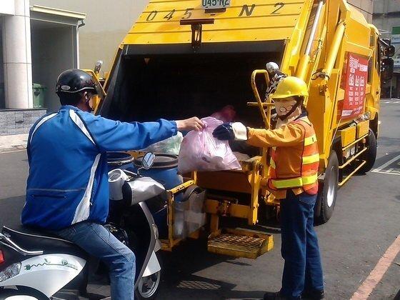 環保局指出,2月10日將特別加班收運垃圾,從下午3時起,依原垃圾車收運時間與路線清運。圖/好房網資料照