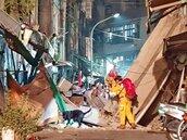 高雄舊今日戲院外牆震塌 嚇壞居民