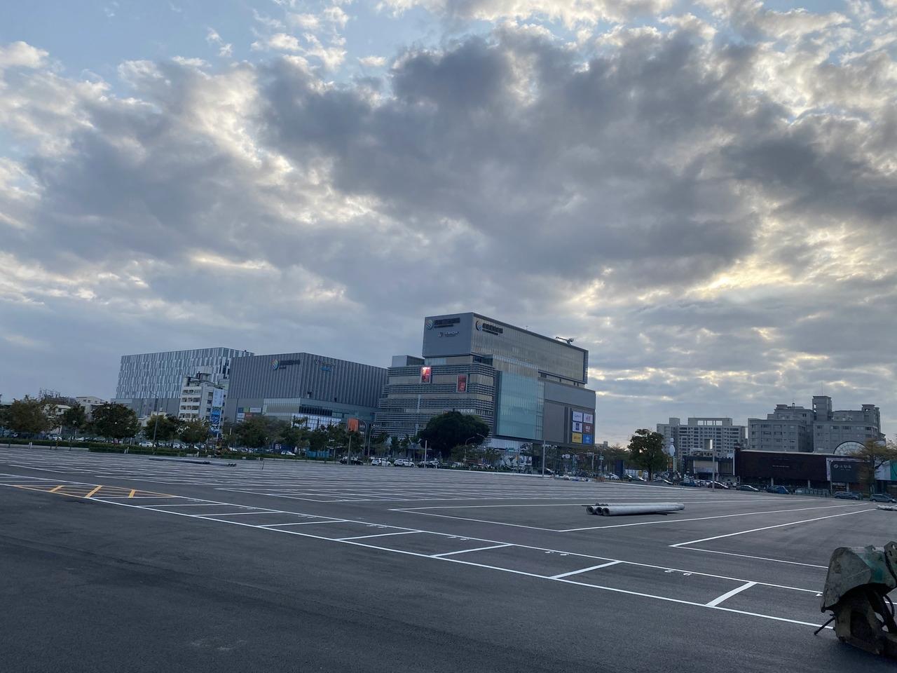 台南市東區南紡購物中心對面目前整地完成,預計將開設大型夜市。圖/取自台南式臉書