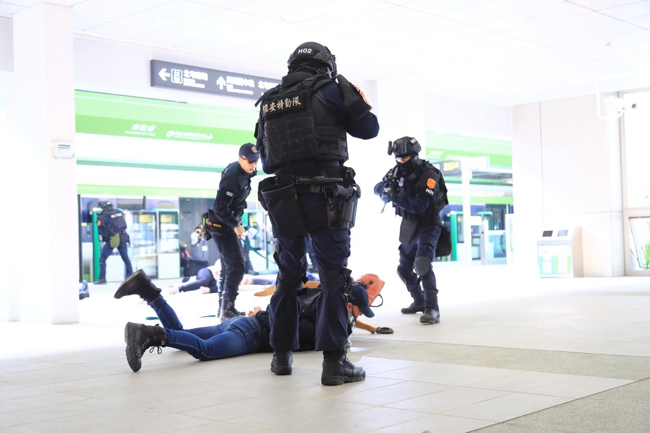 中捷昨天進行反恐演練,出動數十名警力及捷運人員參與,檢驗警方指揮部署,過程逼真。記者喻文玟/攝影