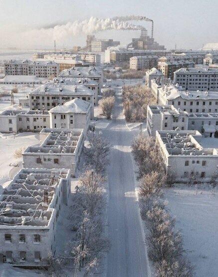 俄羅斯北極城市伏爾庫塔附近的塞門諾扎沃斯基地區素有「鬼城」之稱,1日空拍畫面顯示,罕無人跡的城市被一片大雪覆蓋。圖/IG@lanasator