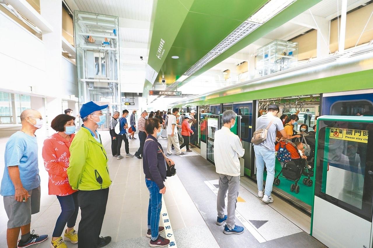 11月中,台中市啟動試營運第一條捷運路線,不少市民搶先搭乘體驗。圖/聯合資料照