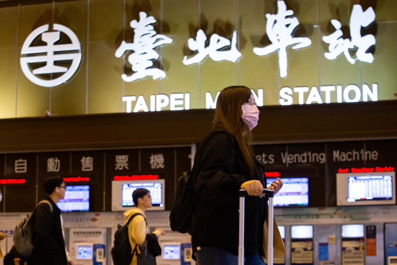秋冬防疫專案今起上路,台鐵和高鐵昨天宣布,進入車站大廳必須戴口罩。記者季相儒/攝影