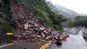 雨下不停!邊坡落石大坍方 宜蘭福山植物園道路中斷