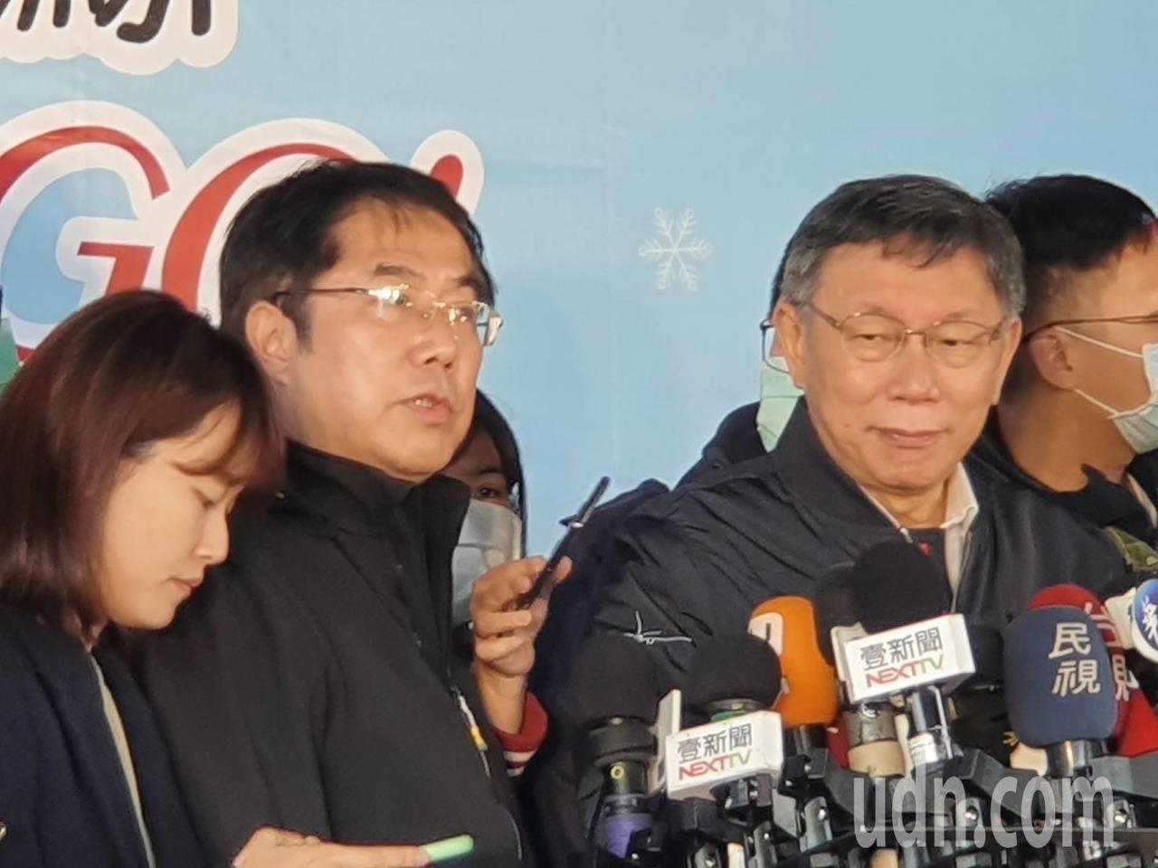 台北市長柯文哲與台南市長黃偉哲,下午一起出席台北自來水園區虎鯨、熊讚相見歡記者會,兩人同台交換禮物,會後一同受訪。記者楊正海/攝影