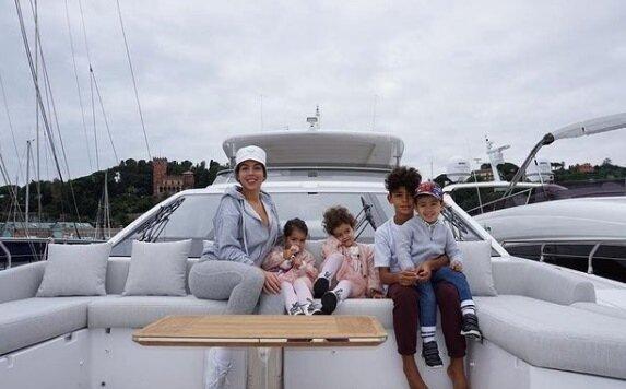C羅買下豪華遊艇,帶著妻小出海渡假。圖/翻攝自cristiano IG