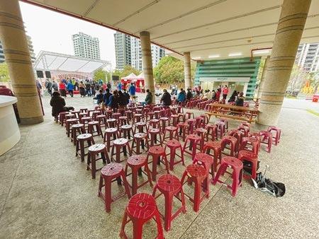 新北市新莊區公所斥資58萬元辦耶誕跨年活動,19日開幕時現場參與觀眾寥寥無幾。(李俊淇攝)