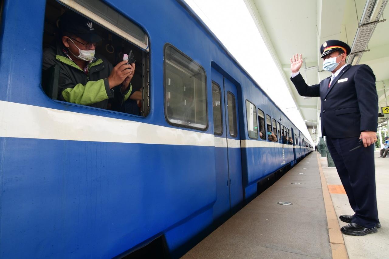 台鐵打算將藍皮火車進廠改裝為「藍皮解憂號」觀光列車,預計最快明年4月重新上路。圖/聯合資料照