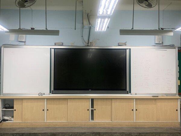 富安國小教室內的電子白板。(攝/陳怡璇)