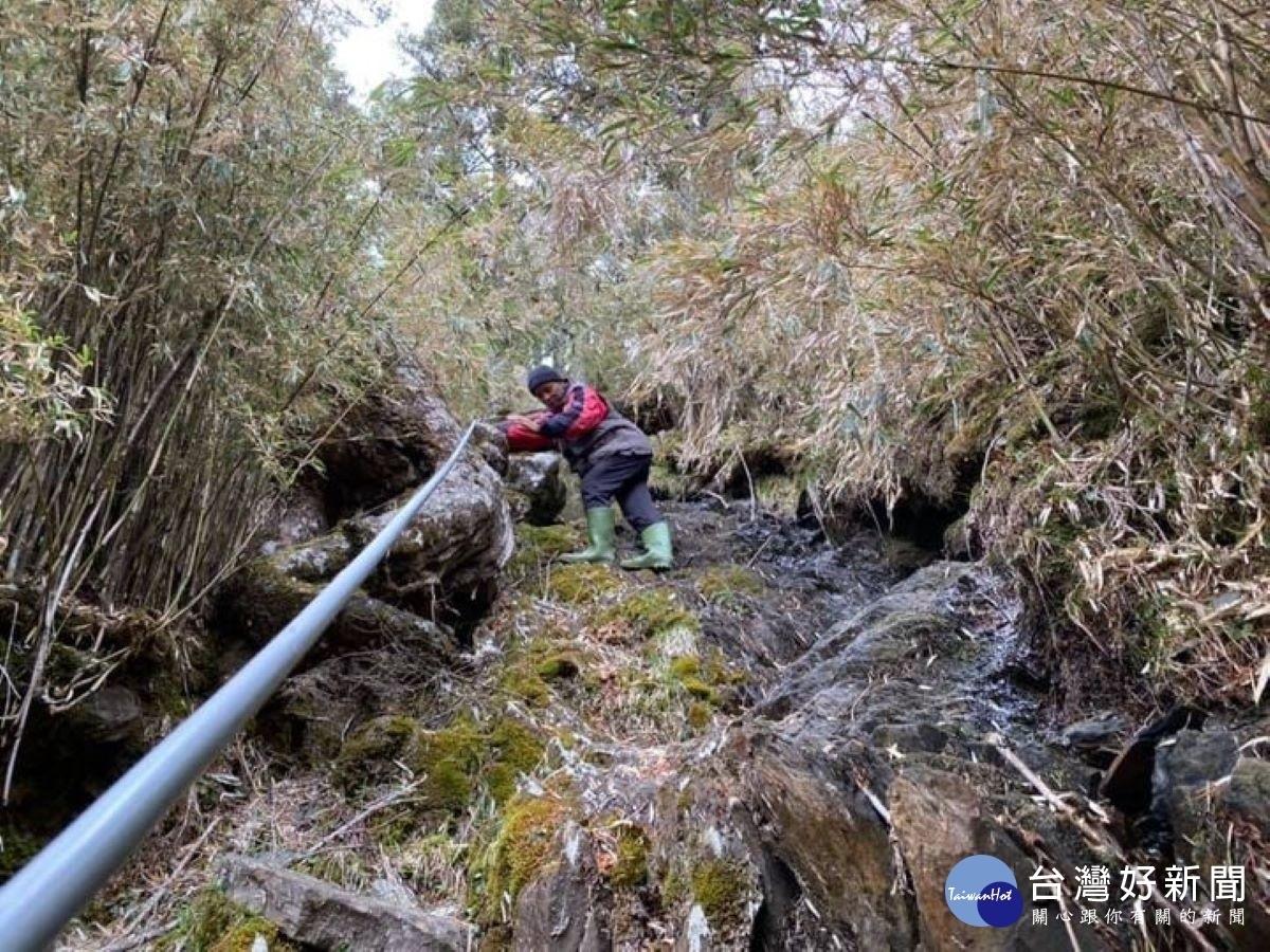 排雲山莊工作人員進行山莊抽水現況。圖/玉管處提供