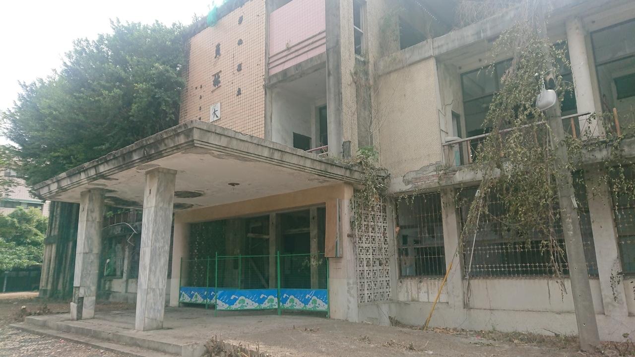 彰化縣員林醫院荒廢多年,一樓沒門沒窗,二樓窗戶都是破的,被形容為鬼屋。記者簡慧珍/攝影