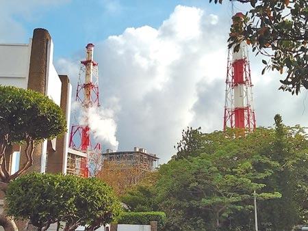 興達電廠的2座煙囪冒出濃密的白煙與黑煙,不時還發出像是洩氣般的「沙沙」巨響。(林雅惠攝)