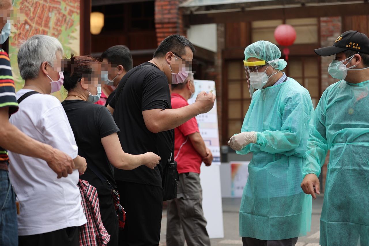 疫情已經蔓延,從今(15)日上午8時開始,台北市公有場館、十大特定行業暫停營業。圖/聯合資料照