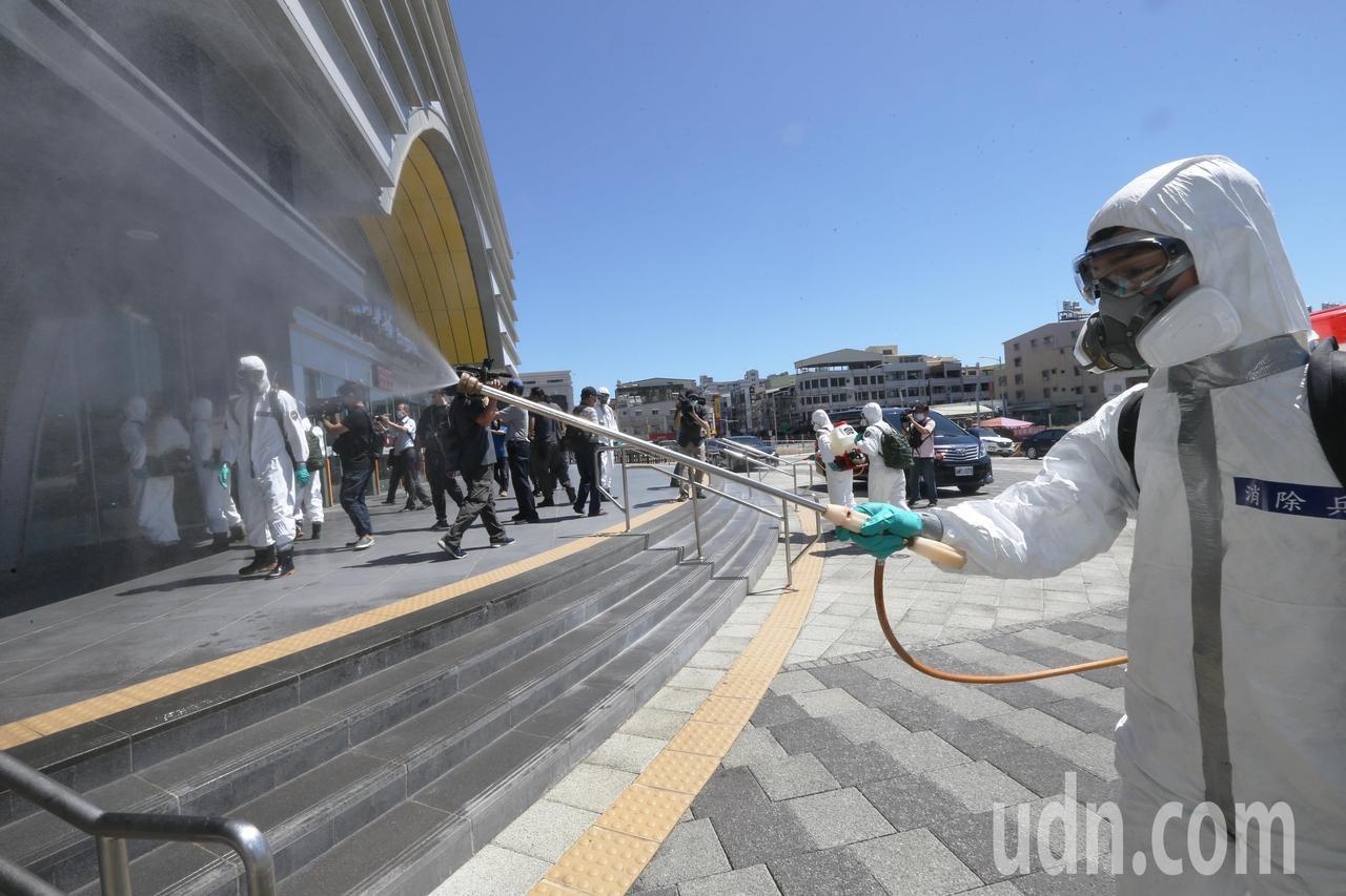 國軍39化兵群支援高雄市全市大消毒,官兵在高溫下全身防護衣進行清消工作十分辛苦。記者劉學聖/攝影