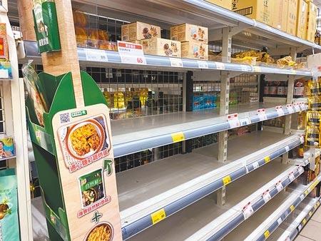 雙北市15日起進入三級防疫警戒,掀起全台量販超市超商等賣場的瘋狂搶購潮。圖/中時資料照