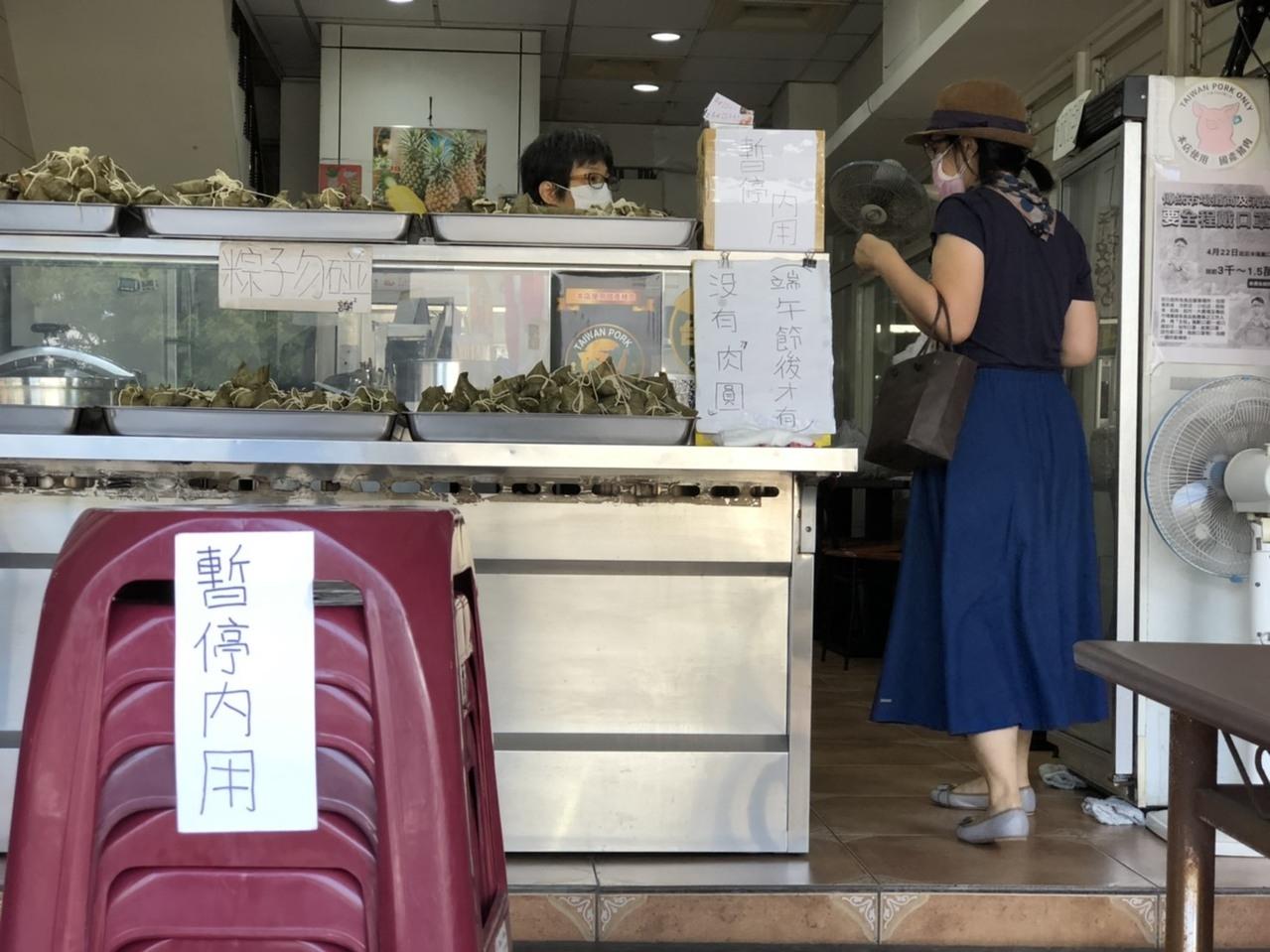 高雄前金公有市場一家老字號粽子店本月初已關閉內用區,一律改外帶。記者王慧瑛/攝影