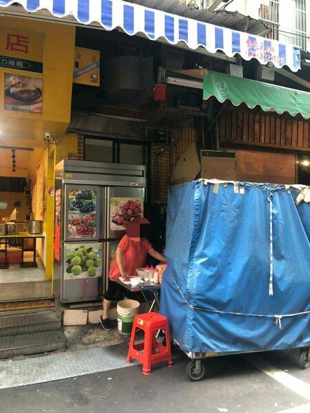 桃園夜市水果攤裹布違規營業仍被拆穿。記者楊湛華/翻攝